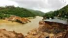 Lũ cuốn sập cầu Nước Ngọt ở xã Cam Lập (Cam Ranh), khiến 300 hộ dân bị cô lập trên đảo Bình Lập. Ảnh: Chí Nguyễn
