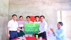 Ông Trần Phúc Cường (ngoài cùng bên phải) – Phó Chủ tịch thường trực Công đoàn Vietcombank trao tượng trưng biển tài trợ số tiền 50 triệu đồng cho ông Huỳnh Văn Được