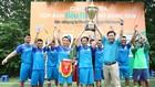 Tổng biên tập Đỗ Xuân Khánh trao Cup vô địch cho đội Công ty CP Khoa học và Công nghệ xây dựng. Ảnh: Lê Tiên