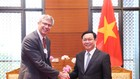 Phó Thủ tướng Vương Đình Huệ và  Trưởng ban Quốc tế, Trưởng ban Hoạch định chiến lược khu vực châu Á-Thái Bình Dương ngân hàng HSBC, Matthew Lobner. Ảnh: VGP