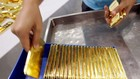Mỗi ounce vàng quốc tế hiện khoảng 1.220 USD. Ảnh: Bloomberg.