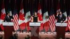 Ngoại trưởng Canada Chrystia Freeland (giữa), Bộ trưởng Kinh tế Mexico Ildefonso Guajardo Villarreal (trái) và Đại diện thương mại Mỹ Robert E. Lighthizer tại vòng đàm phán NAFTA ở Ottawa, Ontario (Canada) ngày 27/9. (Nguồn: AFP/TTXVN)