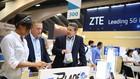 Khách tham quan gian hàng trưng bày thiết bị viễn thông của Tập đoàn ZTE tại Triển lãm thế giới di động châu Mỹ tại San Fracisco (Mỹ) ngày 12/9/2017. (Nguồn: THX/TTXVN)