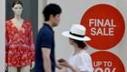 Biển giảm giá tại trung tâm mua sắm Ginza ở thủ đô Tokyo, Nhật Bản. (Nguồn: AFP/TTXVN)