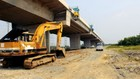 Do nhà thầu thi công chậm nên cao tốc Bến Lức - Long Thành khó thông xe kỹ thuật vào cuối năm 2018. Ảnh: VP