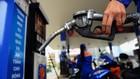 Giá xăng, dầu được dự báo giảm mạnh vào ngày mai. Ảnh:Hữu Khoa