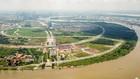 Bốn con đường ở Khu đô thị Thủ Thiêm bao gồm Đại lộ Vòng cung (ký hiệu R1), đường Ven hồ trung tâm (R2), đường Ven sông Sài Gòn (R3) và đường Vùng châu thổ (R4).  Các con đường này được giao cho Công ty Cổ phần Đầu tư Bất động sản Đại Quang Minh xây dựn