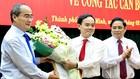 Bí thư Thành ủy Nguyễn Thiện Nhân (trái) tặng hoa cho tân Phó bí thư Trần Lưu Quang.