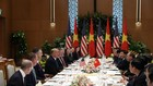 Tổng thống Donald Trump và Thủ tướng Nguyễn Xuân Phúc dùng bữa trưa thân mật. (Ảnh: Reuters)