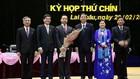 Ông Trần Tiến Dũng (người cầm hoa) được bầu làm Chủ tịch UBND tỉnh Lai Châu nhiệm kỳ 2016-2021