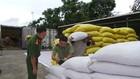 Lực lượng chức năng kiểm tra 16 container chứa 440 tấn hạt dẻ nhập lậu. Ảnh: Báo Nhân dân