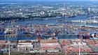 Một cảng bốc dỡ hàng hóa tại Hamburg (Đức). Ảnh:Reuters