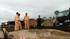 Tàu hút cát trái phép trên sông Thu Bồn bị lực lượng công an tạm giữ. Ảnh: TTXVN