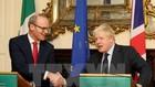 Ngoại trưởng Anh Boris Johnson (phải) trong cuộc họp báo chung với Ngoại trưởng Ireland Simon Coveney tại Dublin ngày 17/11. (Nguồn: AFP/TTXVN)