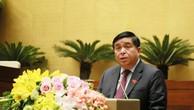 Thừa ủy quyền của Thủ tướng Chính phủ, Bộ trưởng Bộ KH&ĐT Nguyễn Chí Dũng trình bày Báo cáo của Chính phủ đánh giá giữa kỳ thực hiện kế hoạch đầu tư công trung hạn giai đoạn 2016 - 2020. Ảnh: Quang Khánh