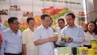 Phó Thủ tướng Vương Đình Huệ thăm quan trưng bày các sản phẩm OCOP. Ảnh VGP
