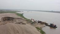 Khai thác cát bên bờ sông Hồng, Hà Nội. Ảnh Internet
