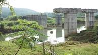 Thi công hai năm, hoàn thành được bốn mố và hai trụ dẫn, cầu Làng Ngòn tạm dừng vô thời hạn.