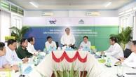 Thủ tướng Nguyễn Xuân Phúc nói chuyện với lãnh đạo và cán bộ Nông trường Thành Thành Công. Ảnh: VGP