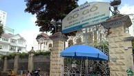 Hàng quán chen chúc bên ngoài biệt thự đường Võ Văn Tần.
