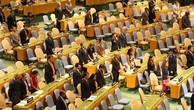 Đại diện các nước tham dự phiên họp dành một phút mặc niệm cho Chủ tịch nước Trần Đại Quang. Ảnh: Phóng viên TTXVN tại Mỹ
