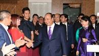 Thủ tướng Nguyễn Xuân Phúc và Phu nhân gặp gỡ, nói chuyện với cán bộ, nhân viên Đại sứ quán, cộng đồng người Việt tại Áo và một số nước châu Âu. Ảnh VGP