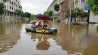 """Cứ mưa lớn là khu đô thị mới Lê Trọng Tấn – Geleximco ngập trong biển nước. Nhiều cư dân ở đây vẫn nói với nhau """"cứ mưa to là họ rẽ sóng ra khơi, được đi thuyền trên phố"""". (Ảnh cư dân)"""
