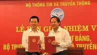 Ông Nguyễn Mạnh Hùng (trái) và ông Trương Minh Tuấn tại Lễ bàn giao chức Bộ trưởng ngày 3/8. Ảnh: MIC