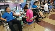 Cán bộ Tập đoàn Bảo Việt tham gia hiến máu.