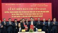 Bộ trưởng Bộ GTVT Nguyễn Văn Thể ký biên bản bàn giao 5 Tổng công ty thuộc Bộ về Uỷ ban Quản lý vốn Nhà nước. Ảnh: VGP