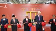 Thủ tướng và các đại biểu cắt băng khai trương Tuần lễ hàng Việt Nam tại Singapore. Ảnh: VGP