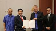 Phó Thủ tướng Phạm Bình Minh trao văn kiện phê chuẩn Hiệp định CPTPP của Việt Nam cho Bộ trưởng Thương mại và Tăng trưởng xuất khẩu New Zealand David Parker. Ảnh: TTXVN