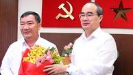 Bí thư Thành ủy Nguyễn Thiện Nhân chúc mừng ông Trần Văn Thuận.