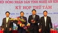 Ông Lê Hồng Vinh (thứ hai từ trái sang) nhận hoa chúc mừng từ lãnh đạo tỉnh Nghệ An. Ảnh: P.V