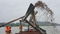 Người dân đốt sà lan khai thác cát lậu