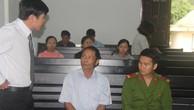 Bị cáo Lê Đình Trọng (ngồi giữa), bị kết án 7 năm tù vì tội nhận hối lộ