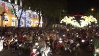 Người Sài Gòn đổ về trung tâm đón Noel