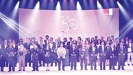 """Ông Nguyễn Quốc Khánh – Giám đốc Điều hành Vinamilk cùng các đại diện công ty được xếp hạng """"Top 50 công ty kinh doanh hiệu quả nhất Việt Nam"""" trên sân khấu sự kiện"""