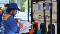 Theo dõi sản lượng bán xăng, dầu tại một cây xăng thuộc Petrolimex.Ảnh: Ngọc Thành