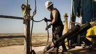 Một công nhân làm việc trên mỏ dầu Permian của bang Texas.