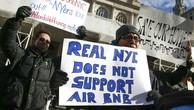 Người biểu tình phản đối dịch vụ Airbnb tại New York.Ảnh: Reuters