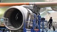 Nhân viên kỹ thuật của Airbus lắp ráp các linh kiện máy bay tại nhà máy ở Toulouse, Pháp. (Nguồn: AFP/TTXVN.)