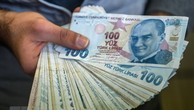 Đồng lira tại một cửa hàng đổi tiền ở Istanbul. (Nguồn: AFP/TTXVN)