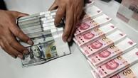 Nhân viên kiểm tiền tại một chi nhánh của Bank of China. Ảnh:Reuters