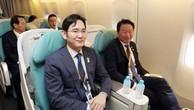 Phó chủ tịch Samsung Lee Jaeyong (bên trái) ngồi cùngChủ tịch SK Chey Tae-wonở hàng ghế trên trong chuyến bay tới Triều Tiên. Ngồi sau họ từ trái qua là Chủ tịch LGKoo Kwang-mo và Phó chủ tịch Hyundai Kim Yong-hwan. Ảnh:Joint Press.