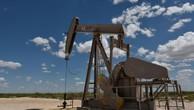 Mấy tuần gần đây, giá dầu Brent và giá dầu WTI giằng co dưới mốc tương ứng 80 USD/thùng và 70 USD/thùng do tác động của những tín hiệu trái chiều về nguồn cung và nhu cầu - Ảnh: Reuters.
