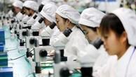 Công nhân Trung Quốc trong một nhà máy sản xuất điện thoại tại An Huy. Ảnh:AFP