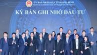 Thủ tướng Nguyễn Xuân Phúc chứng kiến lãnh đạo tỉnh Hòa Bình trao quyết định đầu tư, ký kết bản ghi nhớ đầu tư với các doanh nghiệp. Ảnh: Hiếu Nguyễn