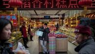 Khách mua tại một quầy hàng ở Bắc Kinh (Trung Quốc). Ảnh:AFP