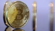 Những đồng xu mô phỏng Bitcoin được trưng bày. Ảnh:Reuters